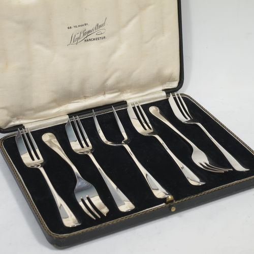 A handsome Sterling Silver set of six pastry forks and a serving fork in the Hanoverian pattern, all in their original cream satin and black velvet-lined presentation box. Made by Charles Boyton and Sons of Sheffield in 1931. The dimensions of these fine hand-made silver pastry forks are length 13.5 cms (5.25 inches), and they weigh a total of 122g (3.9 troy ounces).