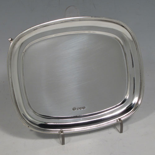 Sterling silver teapot stand having a rectangular body with rounded corners, a plain ground, an applied reeded border, and sitting on four flange feet. Made by William Hutton and Sons of Sheffield in 1919. The dimensions of this fine hand-made silver teapot stand are length 15 cms (6 inches), width 12 cms (4.75 inches), and it weighs approx. 154g (5 troy ounces).